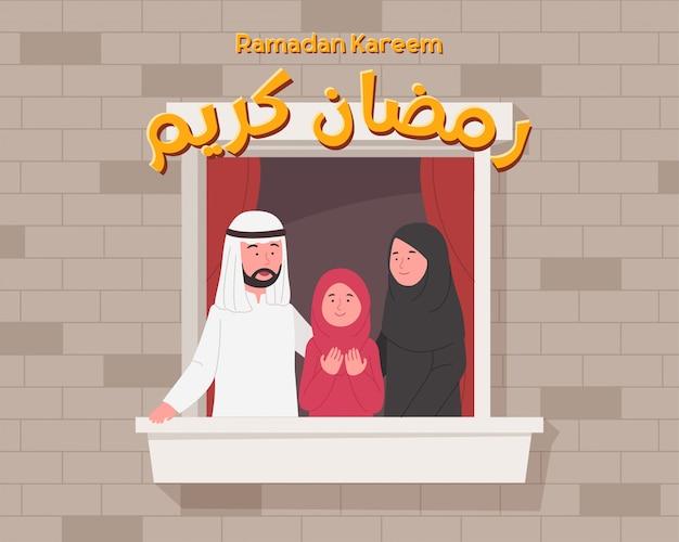 Famiglia araba felice in balcone che accoglie ramadan kareem