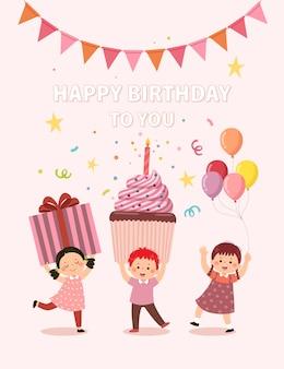 Scheda di buon compleanno con bambini felici che tengono scatola regalo, cupcake e palloncino su sfondo rosa.