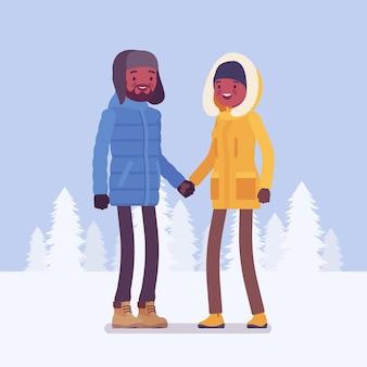 Felice coppia nera in abiti invernali