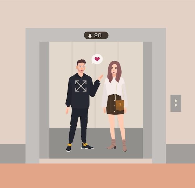 Felice ragazzo e ragazza o partner romantici in piedi in ascensore con le porte aperte e che parlano tra loro