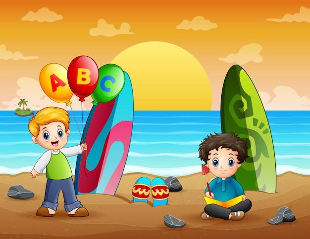 Felici ragazzi in spiaggia Vettore Premium