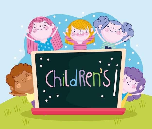 Ragazzi e ragazze felici con lavagna e scritte illustrazione per bambini