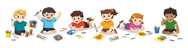 I bambini felici disegnano immagini con le matite