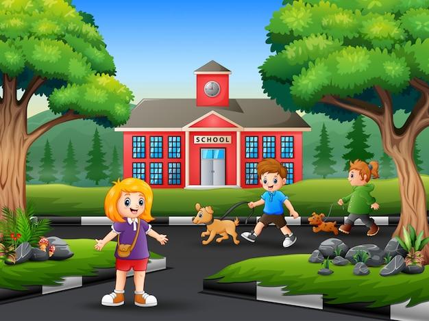 Bambini felici che godono sulla strada