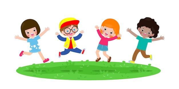 Bambini felici che saltano e ballano nel parco