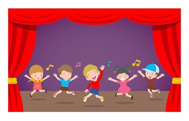 Bambini felici che si esibiscono ballando e saltando sul palco