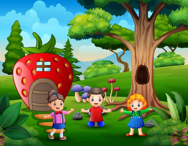 Bambini felici che giocano dalla casa delle fragole di fantasia