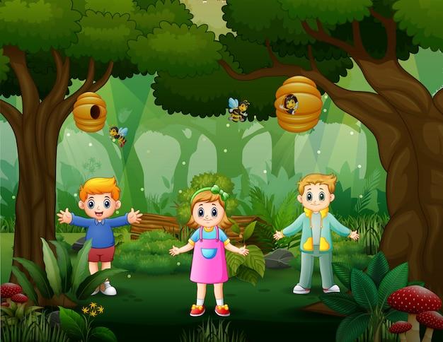 Bambini felici che giocano nella foresta