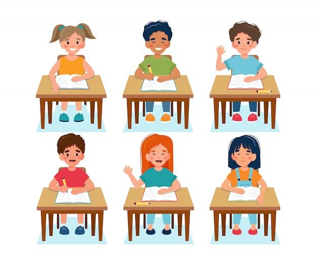 Bambini felici seduti in classe, di nuovo al concetto di scuola, simpatici personaggi.