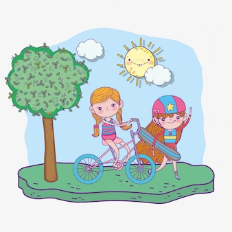 Giorno dei bambini felici, skateboard ragazza carina e bicicletta nel parco