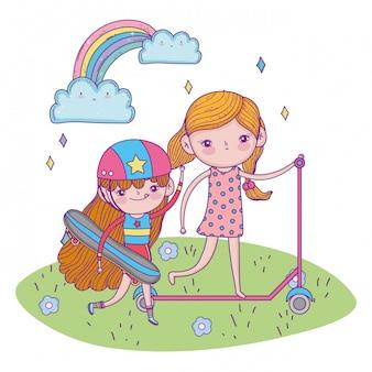 Felice giornata per bambini, ragazze con scooter e skateboard all'aperto