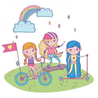 Felice giornata per bambini, bambine con scooter e skateboard nel parco