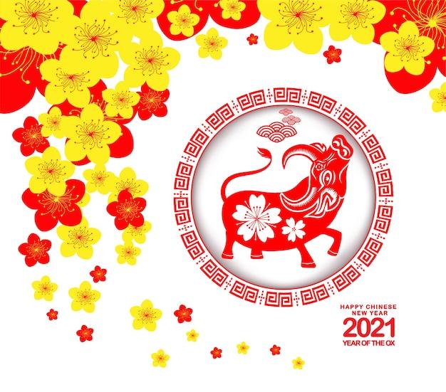 Felice anno nuovo cinese 2021 con simpatico segno zodiacale di bue in lanterna cinese e design a fiori