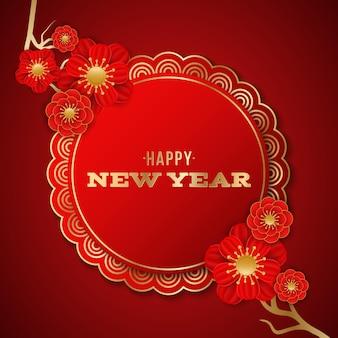 Etichetta di felice anno nuovo cinese decorata con un albero con fiori che sbocciano rossi su sfondo rosso.