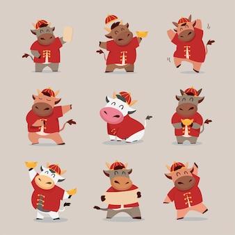 Felice anno nuovo cinese zodiaco del bue. simpatico personaggio di mucca in costume rosso e set di soldi d'oro.