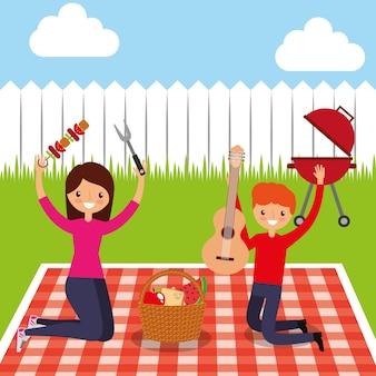 Coppia felice tenendo la chitarra e kebab nel picnic