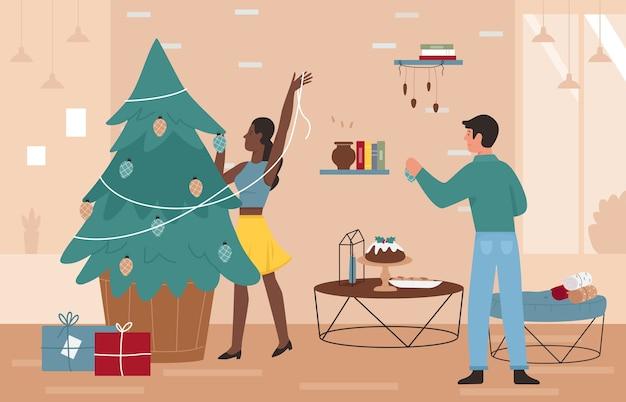 La gente felice delle coppie decora l'albero di natale a casa