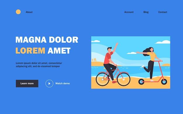Coppia felice in sella a bici e scooter all'aperto landing page