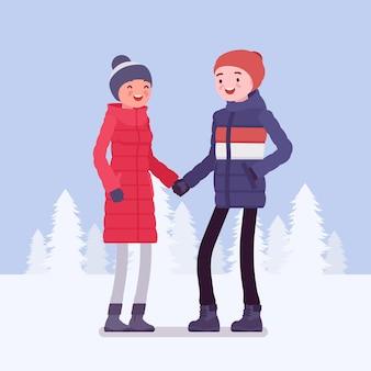 Coppia felice in abiti invernali