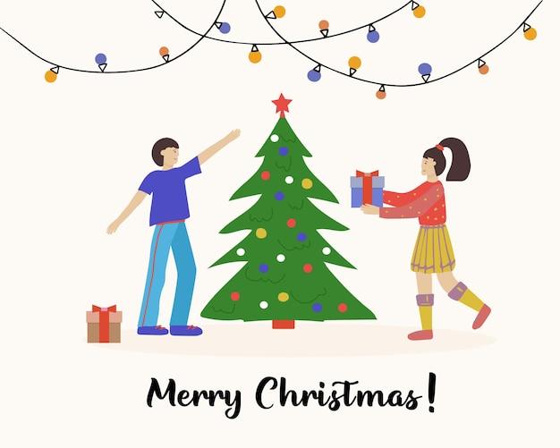 Coppie felici giovani uomini e donne che decorano l'albero di natale