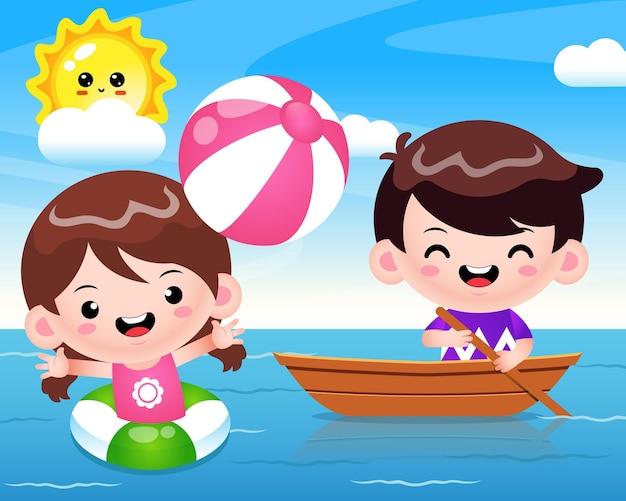 Ragazza carina felice che gioca a pallone da spiaggia e ragazzo carino che cavalca la barca al mare