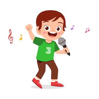 Il ragazzo sveglio felice del bambino canta una canzone