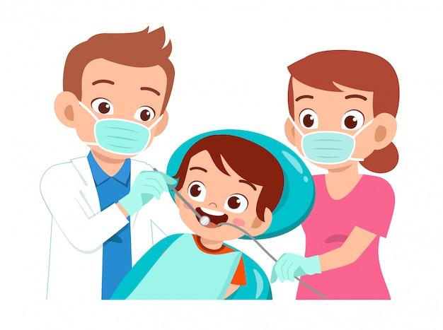 Bambino carino felice andando a controllo dentista