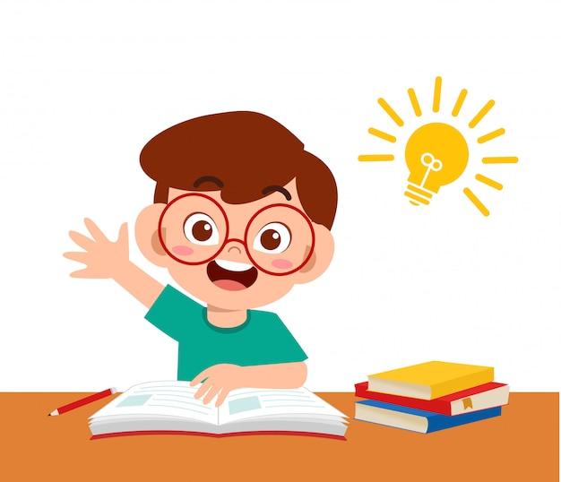 Felice ragazzo carino studiare i compiti con l'idea