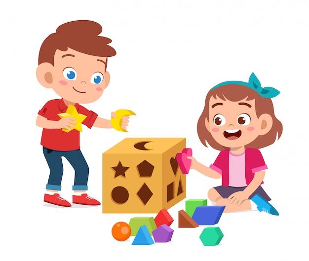 I bambini svegli felici giocano imparano la geometria 3d