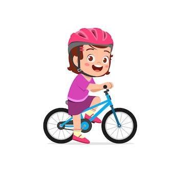 Bicicletta di guida del ragazzo della bambina sveglia felice