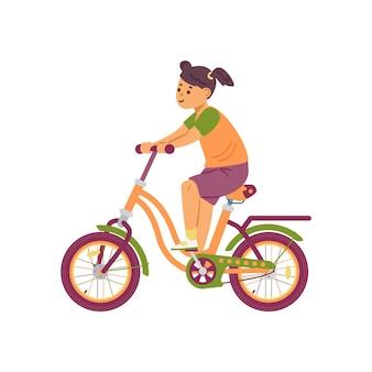 Bambina sveglia felice che guida una bici un'illustrazione piana di vettore del fumetto