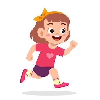 Bambina carina e felice che corre così veloce