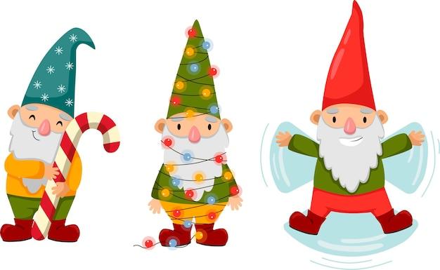 Piccoli gnomi felici e carini in inverno divertenti nani barbuti con caramelle, luci di natale e neve