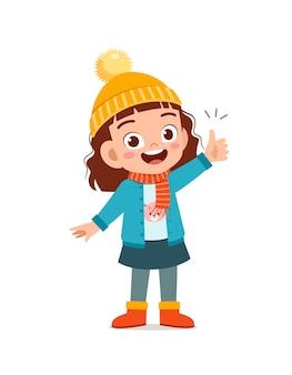 Felice carino piccolo ha idea e indossa una giacca nella stagione invernale