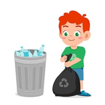 Il ragazzo sveglio felice del bambino raccoglie i rifiuti