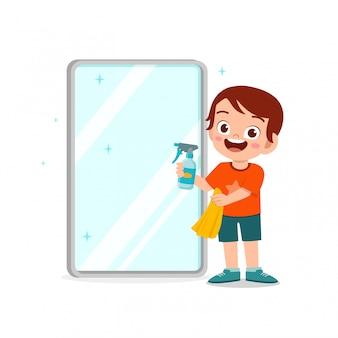 Felice carino ragazzino ragazzo e ragazza fanno le faccende pulizia specchio