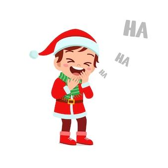 Felice carino ragazzino ragazzo e ragazza che indossa il costume rosso di natale e ridono forte
