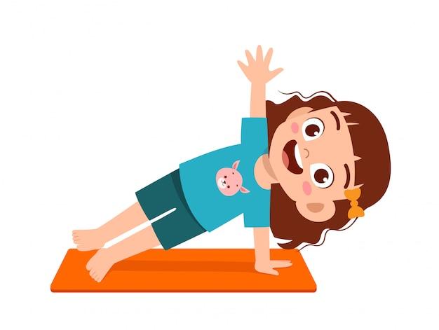 Il ragazzo e la ragazza svegli felici del bambino fanno la posa di yoga Vettore Premium