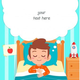Sonno sveglio felice del ragazzo del bambino nella stanza del letto