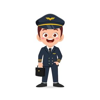 Felice e carino ragazzino che indossa l'uniforme da pilota
