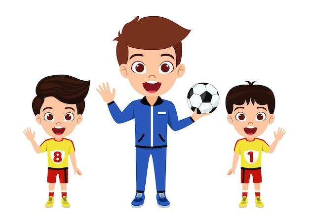 Carattere di ragazzi ragazzino sveglio felice che fluttua con l'allenatore con il calcio con bella maglia con espressione allegra isolata