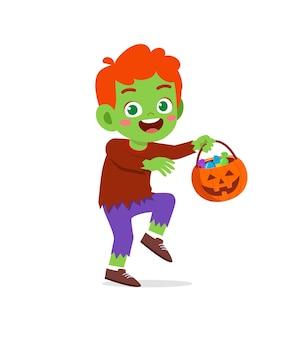 Il ragazzino sveglio felice festeggia halloween indossa il costume del mostro di frankenstein