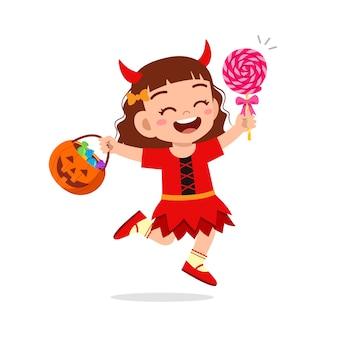 Il ragazzino sveglio felice festeggia halloween indossa il costume da mostro del diavolo rosso