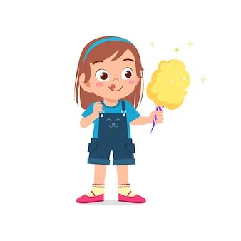 Felice carino ragazzino ragazza mangia caramelle e dolci