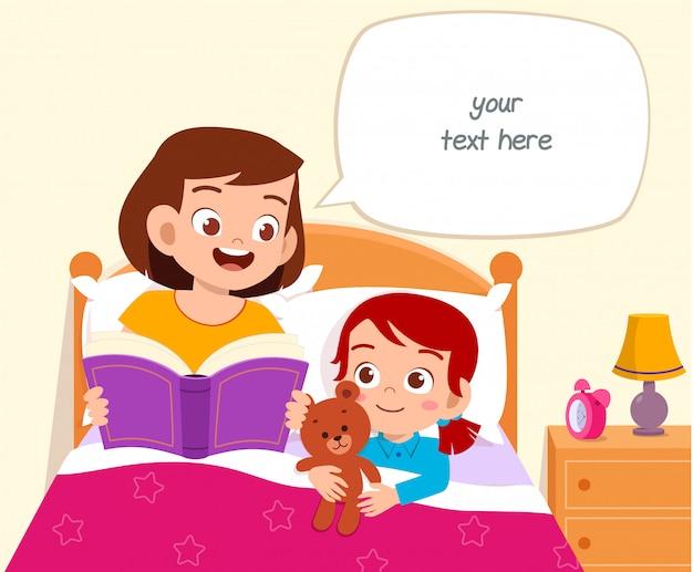 La ragazza sveglia felice del bambino ascolta la storia dalla mamma