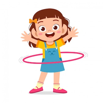 Ragazza carina felice del bambino gioca a hula-hoop
