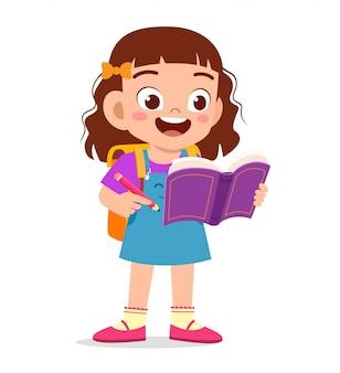 La ragazza sveglia felice del bambino ha letto il libro