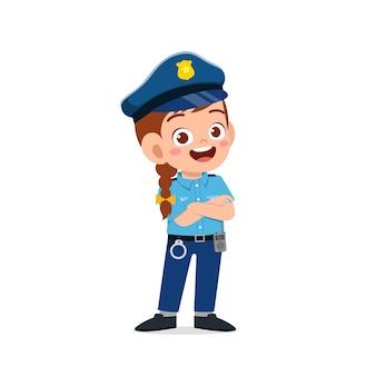 Felice carino ragazzino ragazza che indossa l'uniforme della polizia