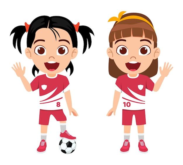 Carattere di ragazze bambino carino felice con il calcio con bella maglia con espressione allegra isolata