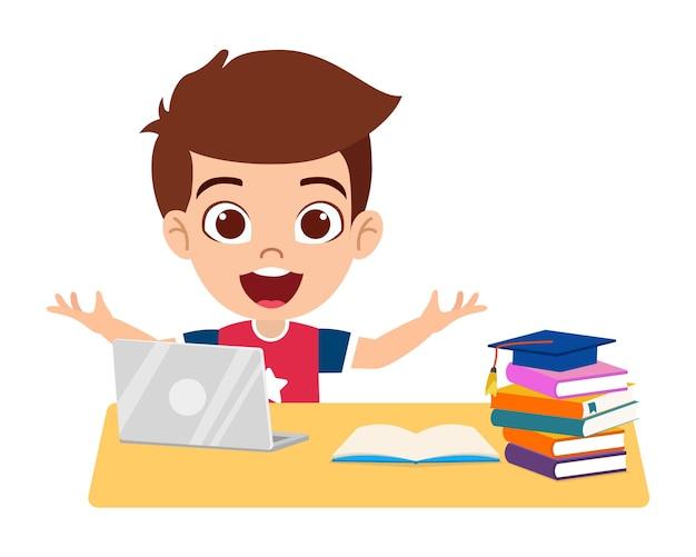 Il ragazzino sveglio felice fa la scuola domestica con il computer portatile del computer si connette all'elearning di studio del internet e al corso isolato su fondo bianco con i libri